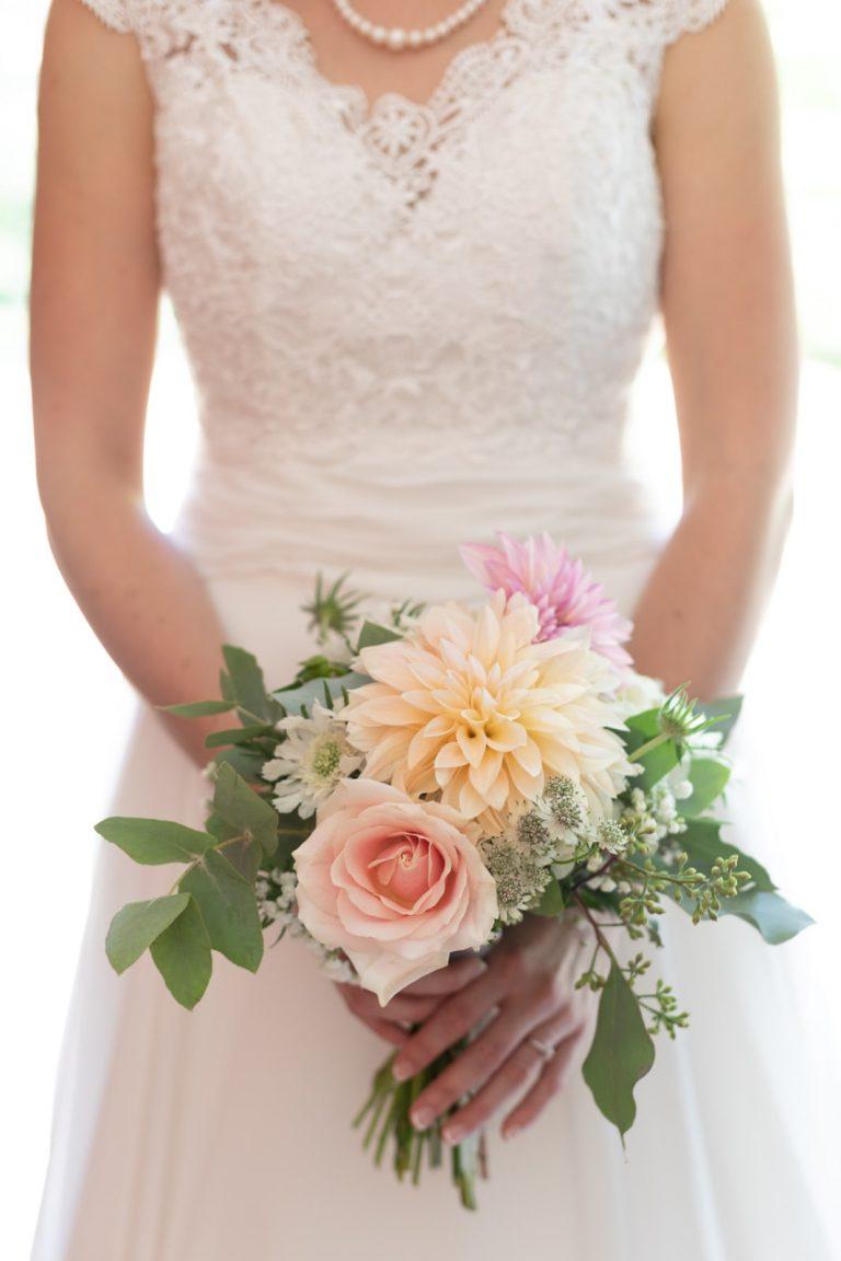 le bouquet et la robe de la mariée